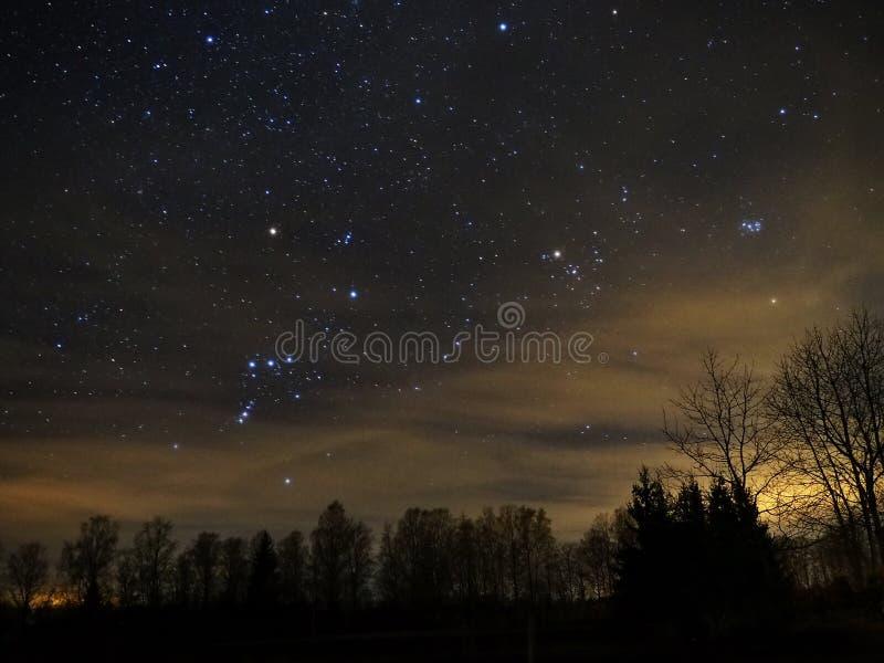 Étoiles de ciel nocturne, constellation Pleiades Mars d'Orion et de Taureau photographie stock libre de droits