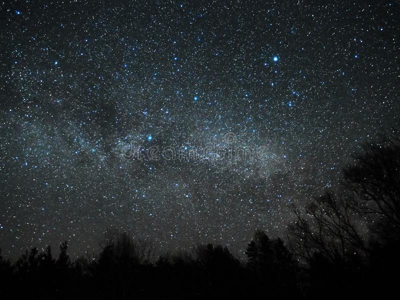 Étoiles de ciel nocturne et de manière laiteuse, constellation de Cygnus et de Lyra image libre de droits