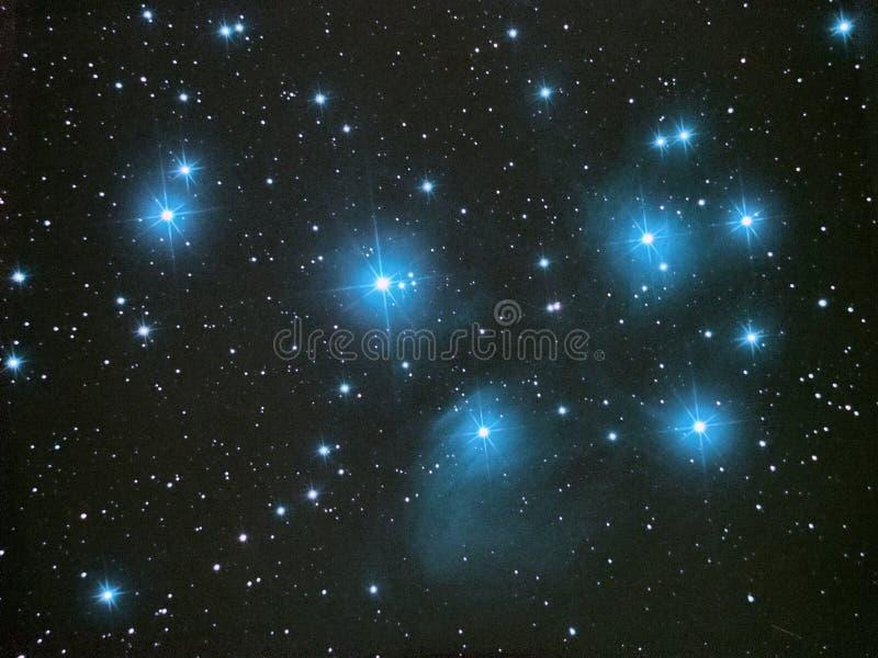 Étoiles de ciel nocturne, groupe d'étoile ouvert de Pleiades M45 en constellation de Taureau images libres de droits