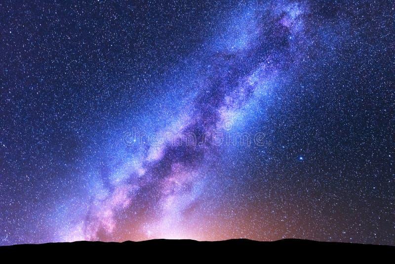 Étoiles de fourmi de manière laiteuse l'espace Horizontal scénique de nuit image stock