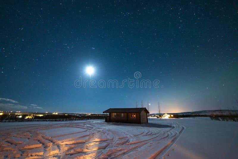 Étoiles de nuit en hiver de l'Islande images libres de droits