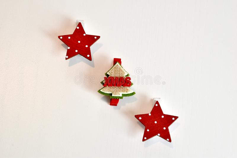 Étoiles de rouge et de blanc et de décorations d'un arbre pour Noël photo libre de droits
