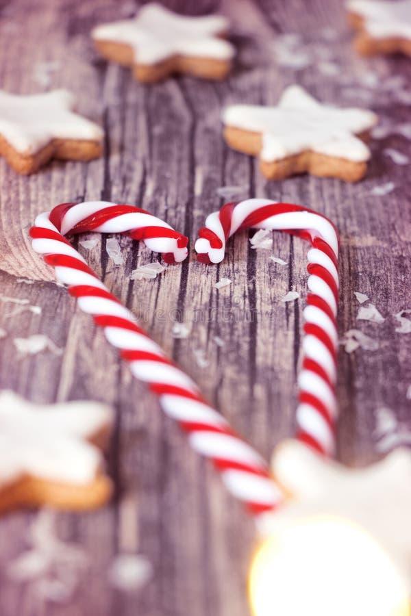 Étoiles de sucrerie et de cannelle de Noël sur le fond en bois photos stock