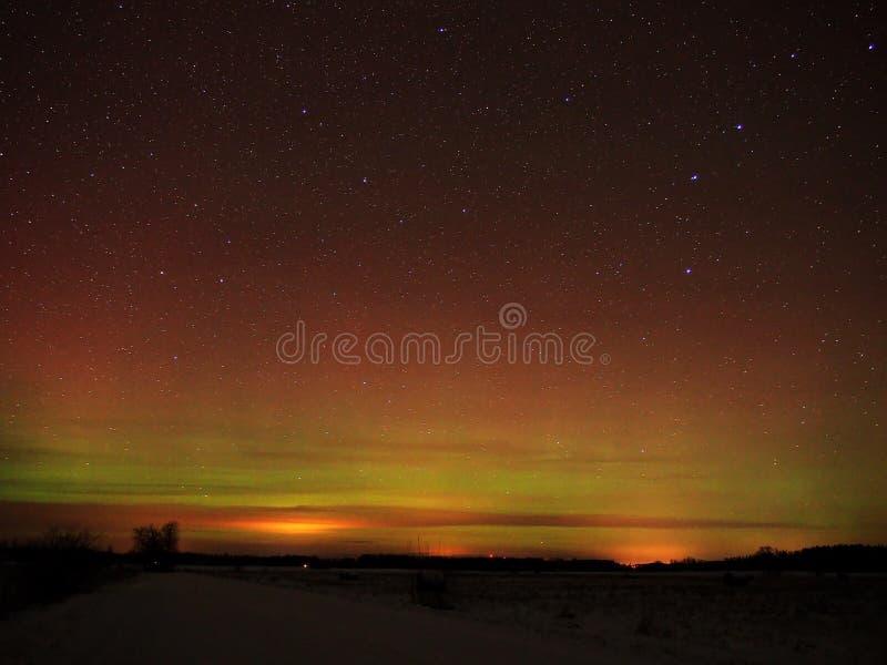 Étoiles et lumières polaires de l'aurore image stock