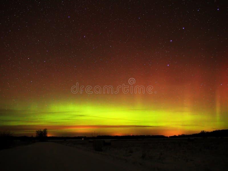 Étoiles et lumières polaires de l'aurore photos stock