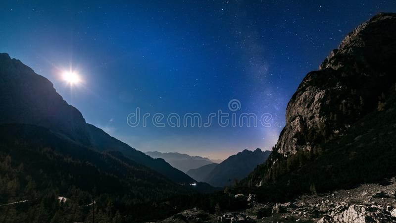 Étoiles et manière laiteuse avec la lumière de lune au-dessus de la nuit de montagne images libres de droits