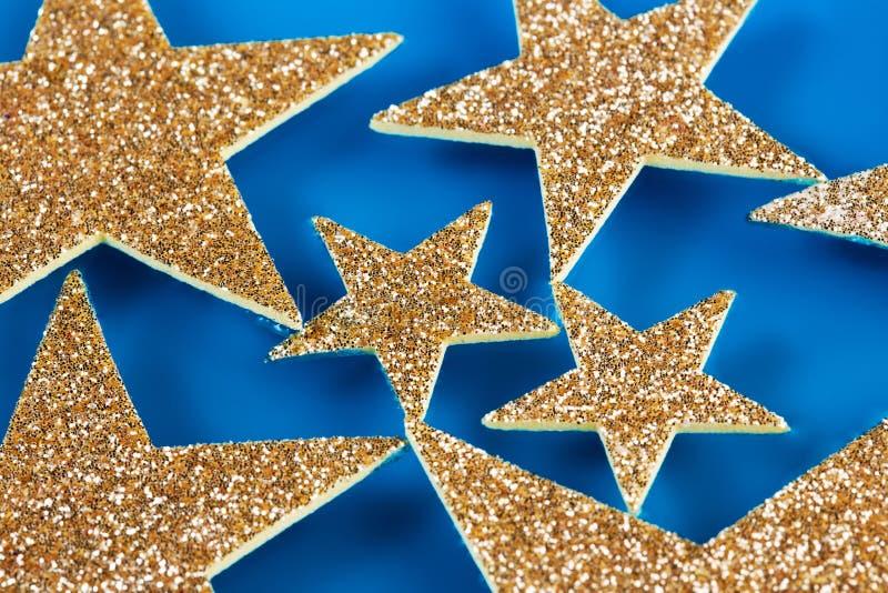Étoiles flottant dans l'eau bleue photographie stock libre de droits