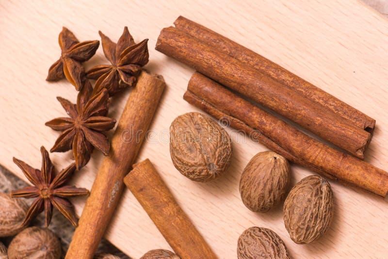 Étoiles, noix de muscade et cannelle d'anis images stock