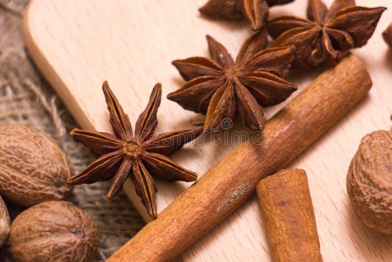 Étoiles, noix de muscade et cannelle d'anis image stock