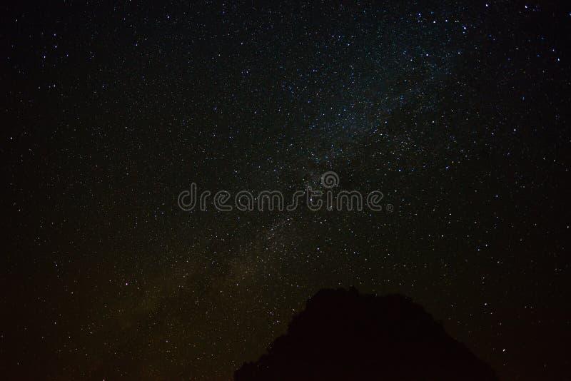 Étoiles sur le ciel nocturne foncé photos libres de droits