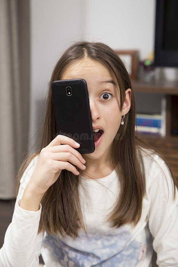 Étonné avec le téléphone photographie stock libre de droits