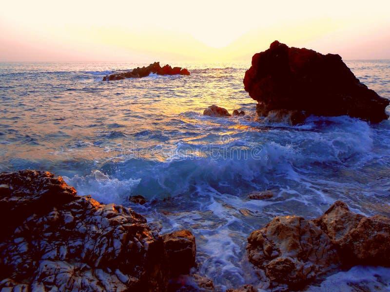 Étonnant, étonnant, côte pierreuse merveilleuse, plage sauvage images libres de droits