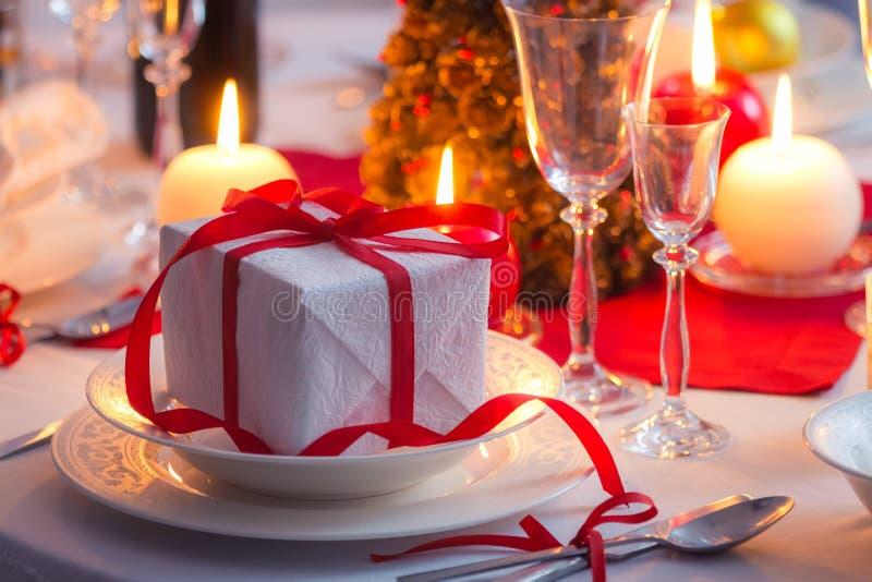 Étonnez attendre la famille sur une table de Noël photos stock