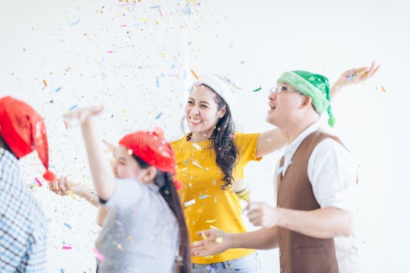 Étonnez l'anniversaire sur le lieu de travail au bureau, celebra de femme d'affaires photographie stock libre de droits