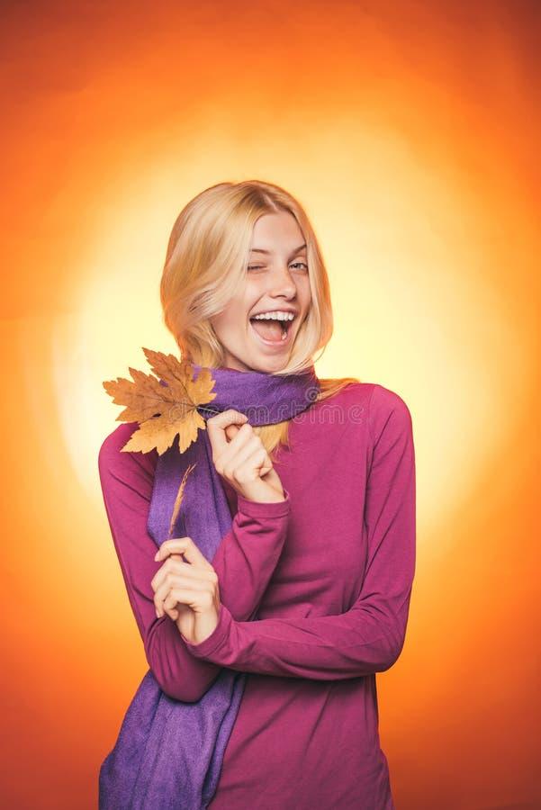 Étonnez la femme jouant avec des feuilles et regardant l'appareil-photo Temps d'automne pour la vente de mode Copiez l'espace Jeu photographie stock