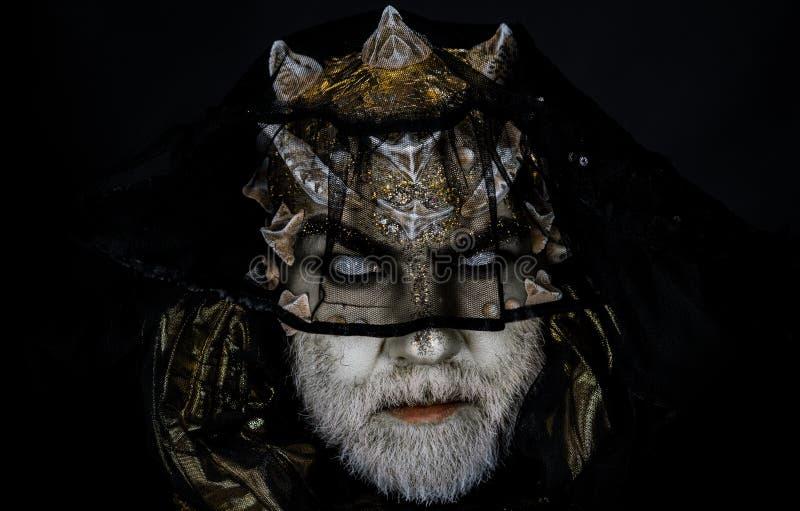 Étranger, démon, maquillage de sorcier Le démon sur le fond noir, se ferment  Concept foncé d'arts Homme supérieur avec la barbe  photographie stock
