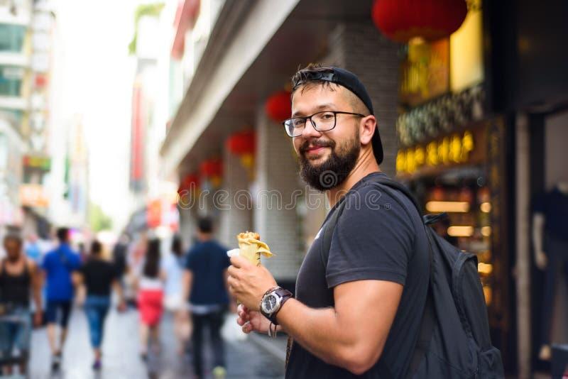 Étranger mangeant de la nourriture chinoise de rue photos libres de droits