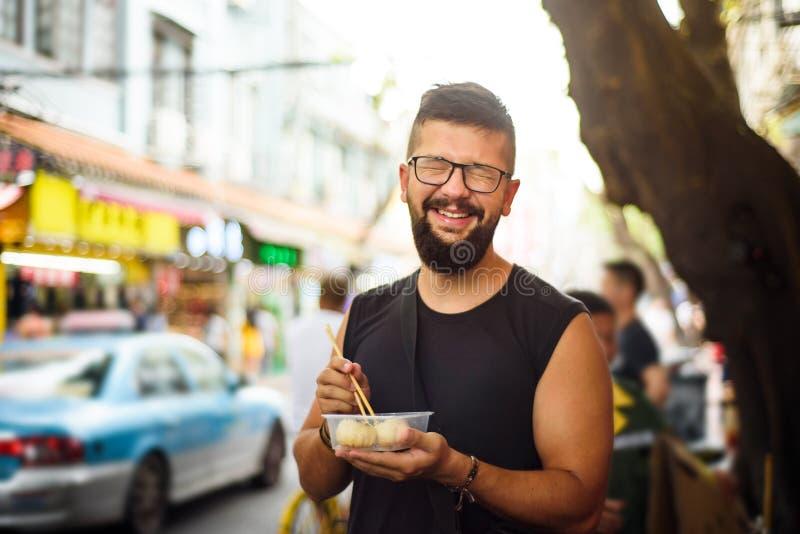 Étranger mangeant de la nourriture de rue en Chine photos libres de droits