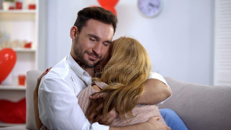 Étreindre d'homme et d'amie, appréciant le temps ensemble, relations romantiques douces images libres de droits