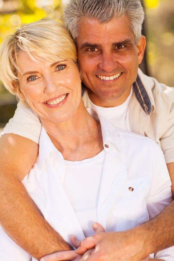 Étreindre de couples âgé par milieu photos libres de droits
