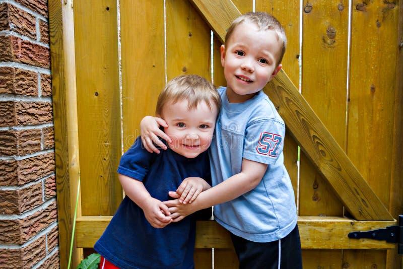 Étreindre heureux de deux garçons photos libres de droits