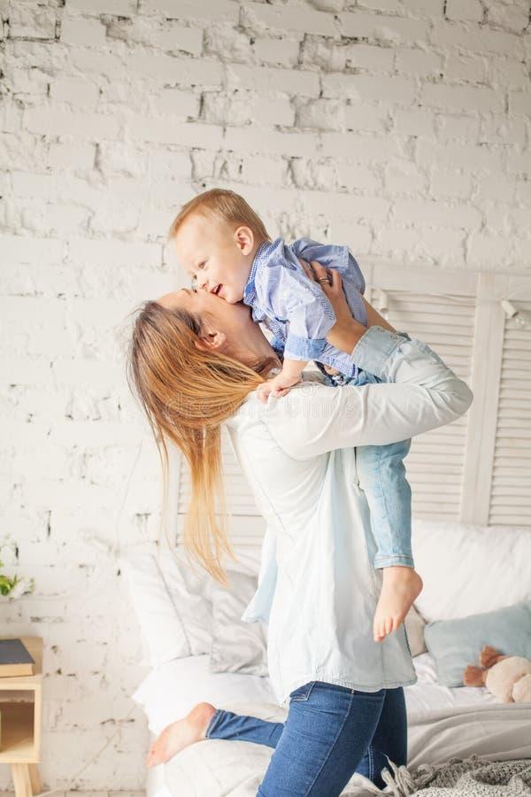 Étreindre heureux de mère et de fils Mère et enfant images stock