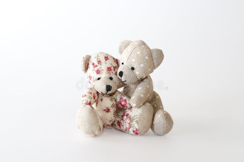 Étreindre mignon de deux ours image libre de droits