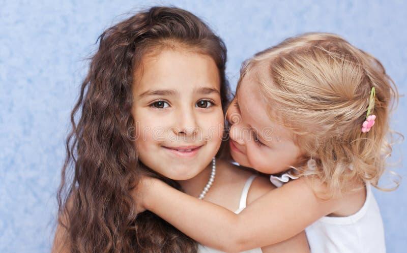 Étreindre mignon de deux petites soeurs image libre de droits