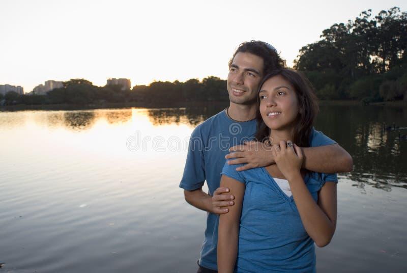 Étreindre par un étang. - Horizontal photographie stock libre de droits