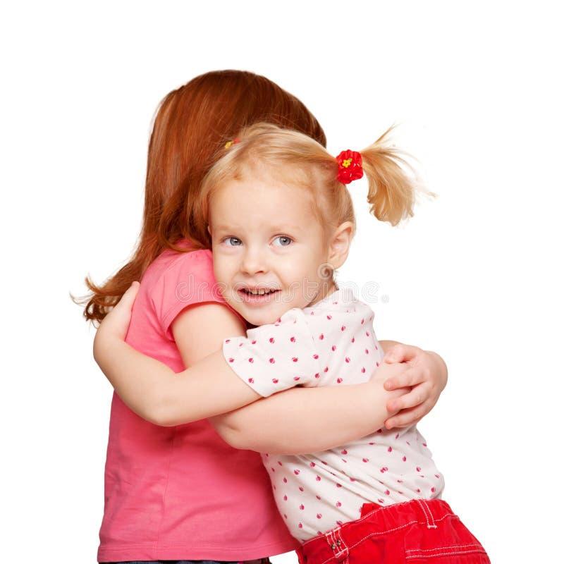 Étreindre préscolaire de gosses. Amitié. photographie stock libre de droits