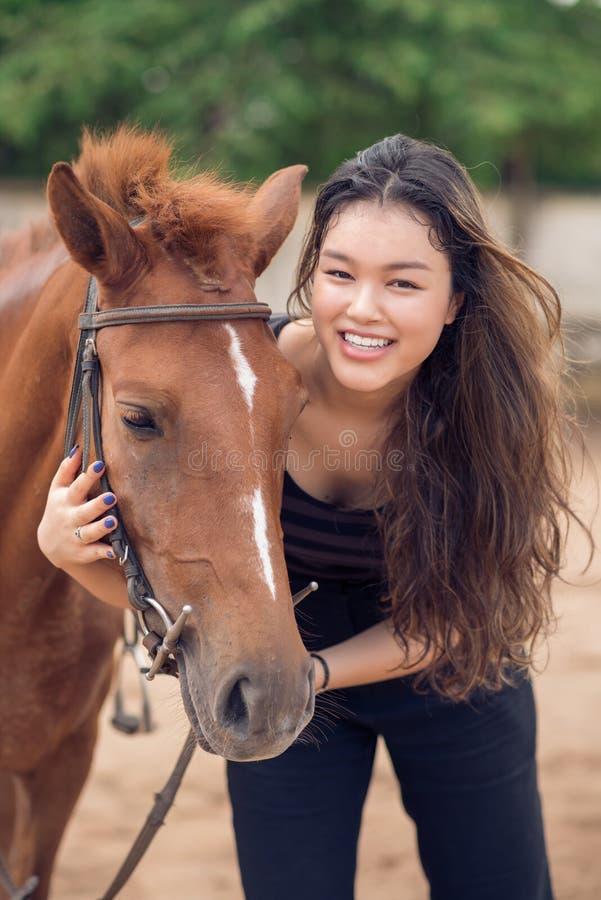 Étreindre un poney photos stock