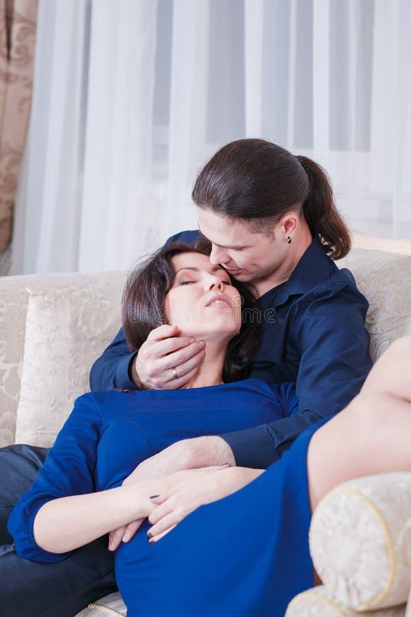 Étreint les couples enceintes photographie stock