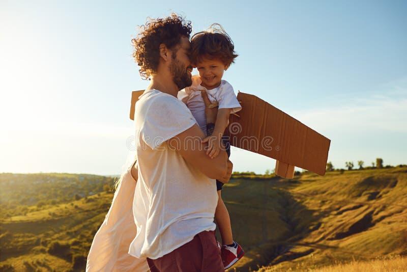 Étreinte de père et de fils en nature au coucher du soleil image stock