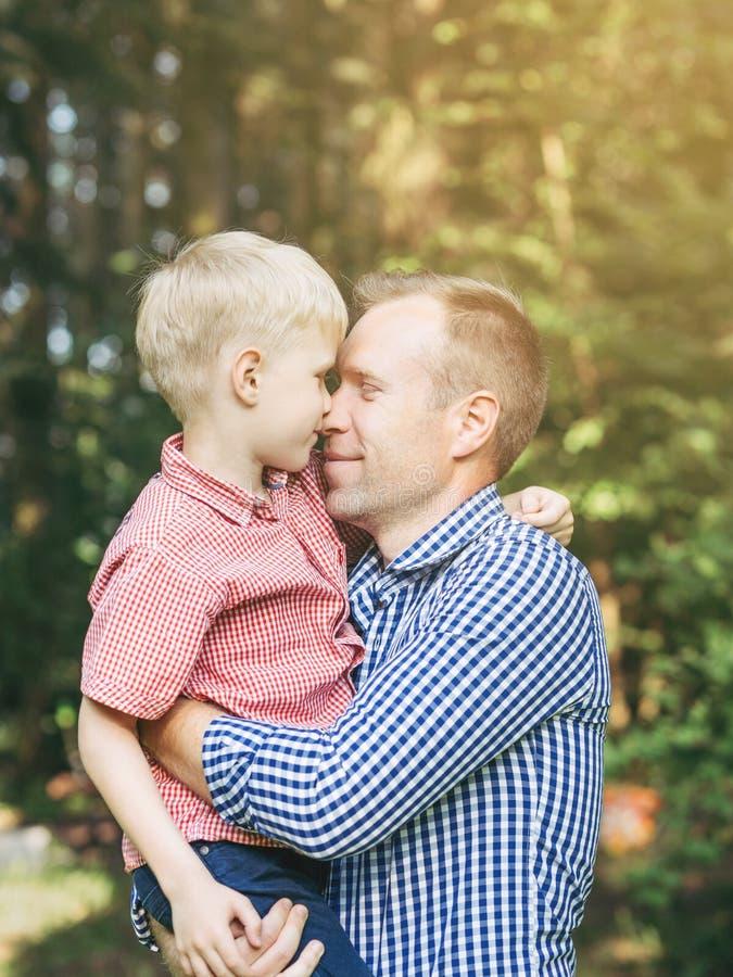 Étreinte de père et de petit fils image stock