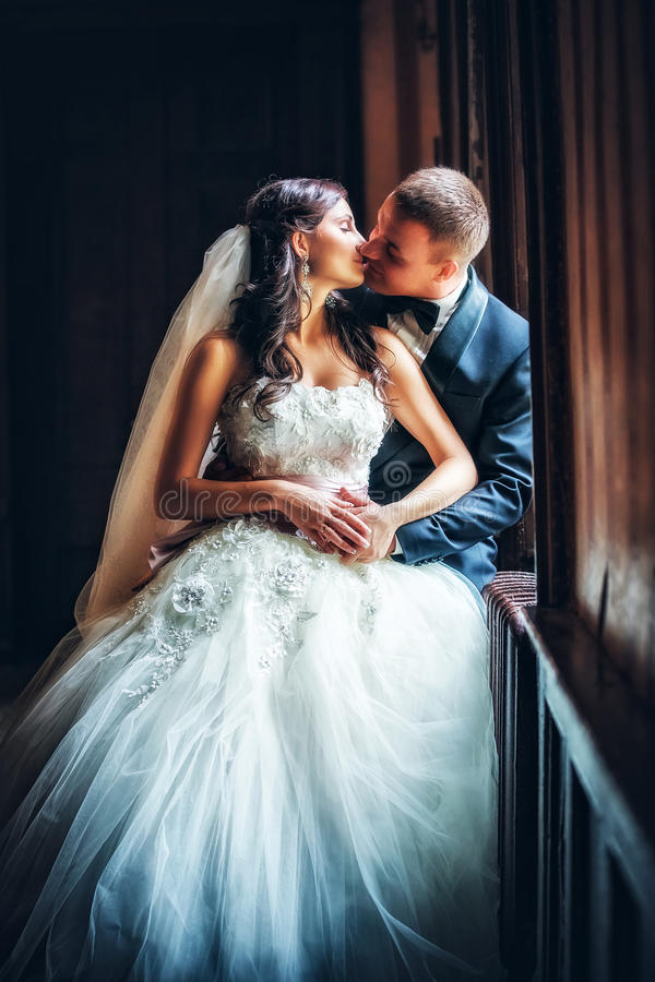 Étreintes de nouveaux mariés photographie stock