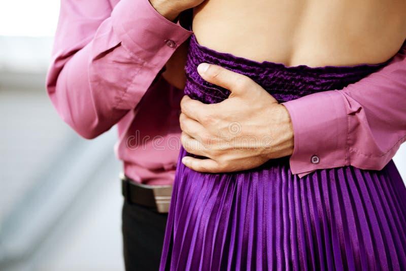 étreintes Le bras des hommes autour des amants de la taille de la femme dans des bras Embrac d'homme images stock