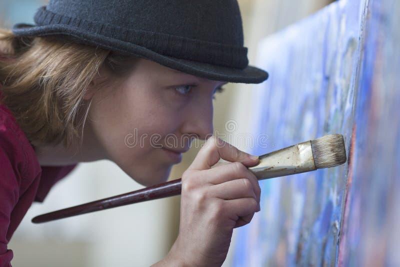 étroit d'une peinture de femme photographie stock