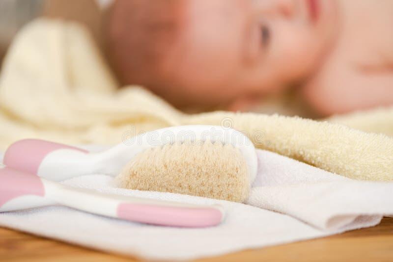 Étroit de la brosse à cheveux de roses pâles sur la serviette photographie stock