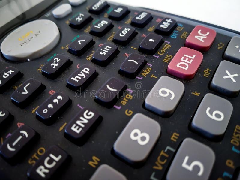 étroit de la calculatrice scientifique d'isolement avec le fond blanc photographie stock libre de droits