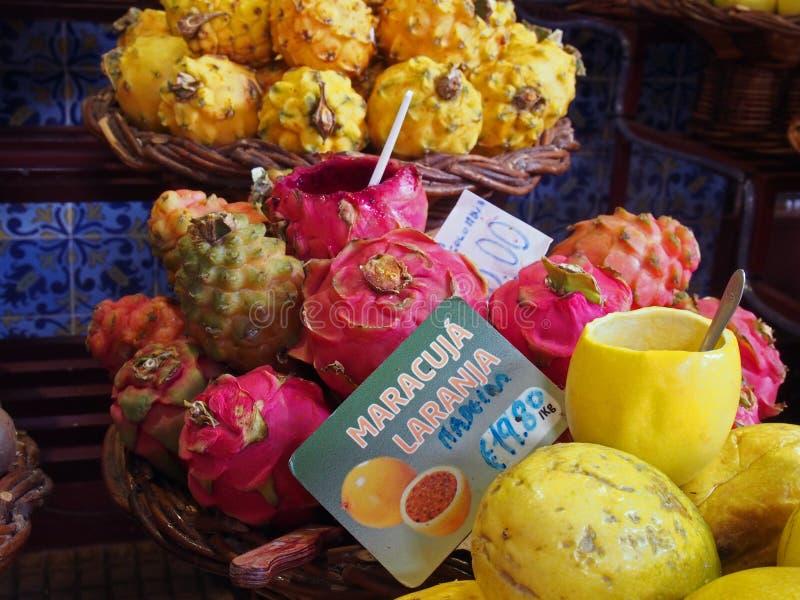 ?troit de la passiflore comestible tropicale de dragon et de passiflore ? vendre sur le march? Funchal Mad?re le signe avant lit  image libre de droits