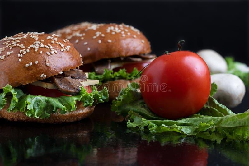 étroit des petits pains cuits au four avec des champignons, la clé de loi et le fond foncé, foyer selecttive image libre de droits
