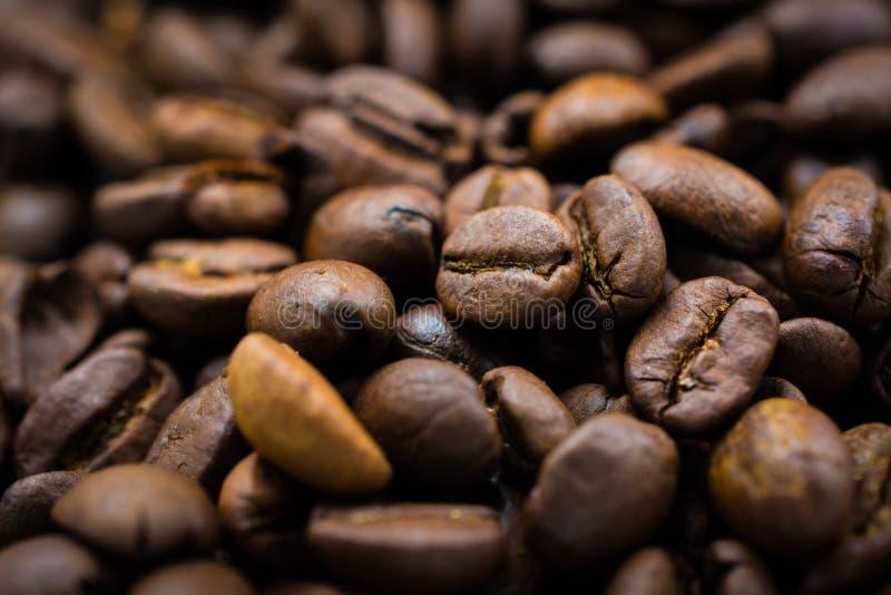 Étroit rôti de beaucoup de grains de café images stock