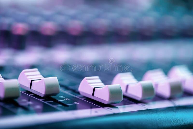 Étroitement de l'affaiblisseur sur la console de mélange saine Détails de pièce d'ingénieur du son image libre de droits