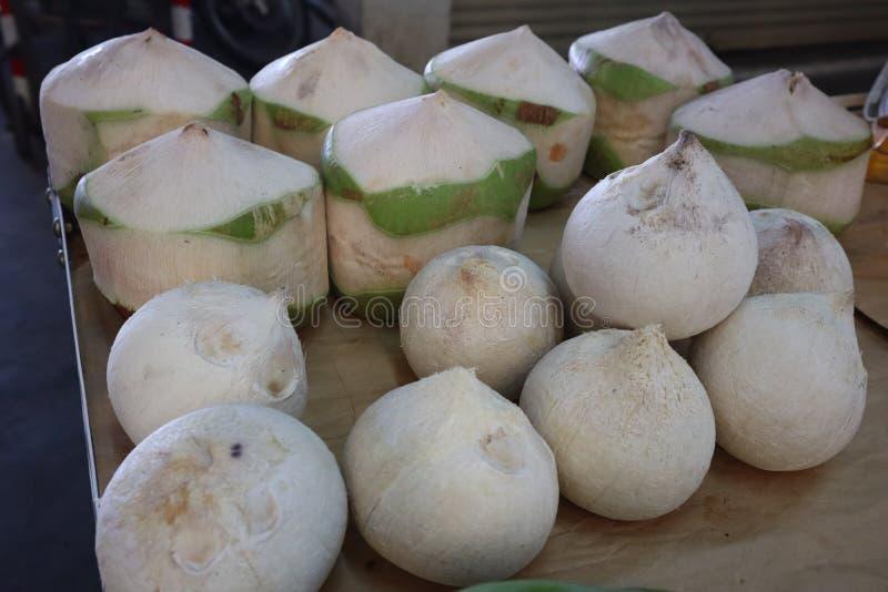 Étroitement, la noix de coco fraîche épluchent la coquille et mangent l'intérieur de l'eau avec une saveur douce photos libres de droits