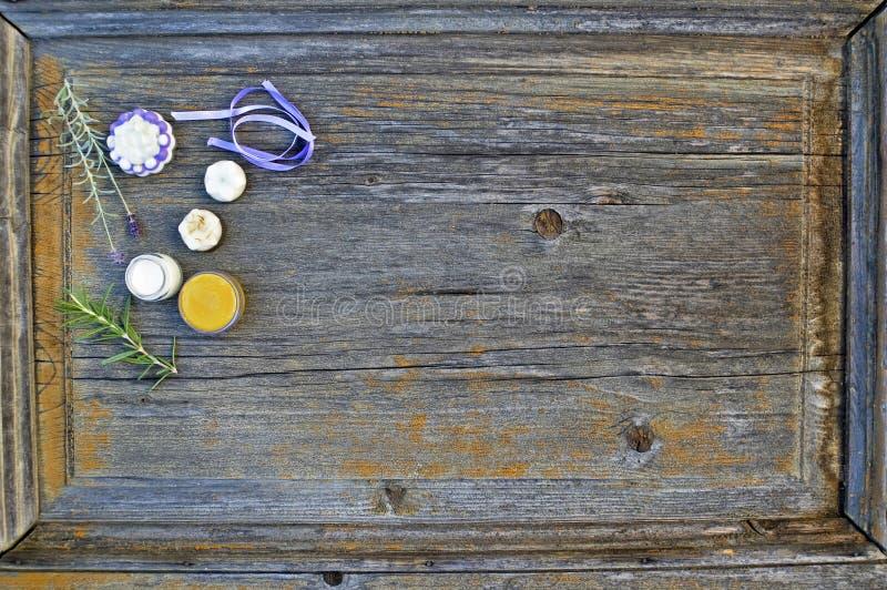 Étroitement, tir supérieur des savons organiques, faits main, botaniques assortis de forme de fleur avec la lavande, romarin, rub images libres de droits