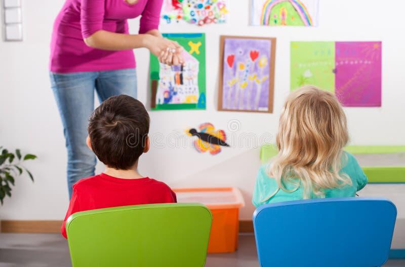Étude dans le jardin d'enfants photos libres de droits