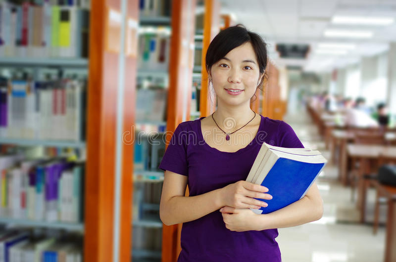 Étude dans une bibliothèque photos libres de droits