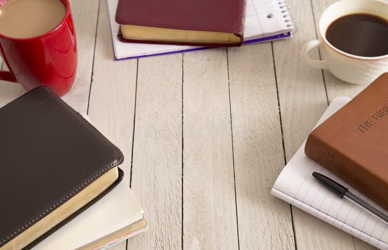 Étude de bible et une tasse de café photos stock