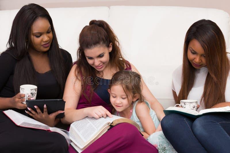 Étude de dévotion de bible de dames photo stock