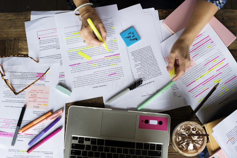Étude de personnes d'université apprenant des notes de conférence de lecture photographie stock libre de droits